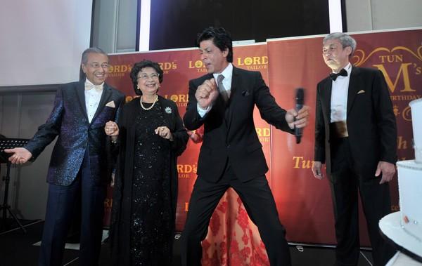 Kuala Lumpur 13 Disember 2012 - Tun Dr. Mahathir Mohamd dan isteri Tun Siti Hasmah Mohamad Ali di hiburkan artis terkenal Bollywood Datuk Shah Rukh Khan sambil diperhatikan oleh Pengarah Lord's Tailor Robert Loh  pada sambutan hari ulang tahun Tun Dr. Mahathir yang dianjurkan oleh Lord's Tailor di Hotel Le Meridien, disini, hari ini. Gambar : Hafiz Johari / Pemberita : Azrin (Meja Am).
